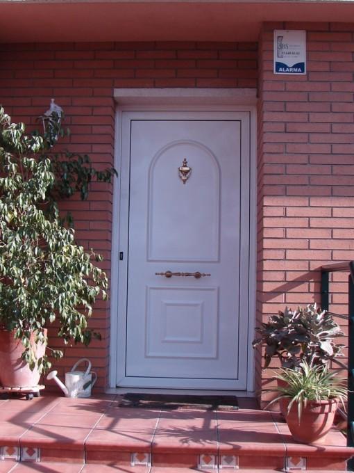 K rpintal ventanas y puertas de aluminio puertas for Modelos de puertas de hierro para entrada principal